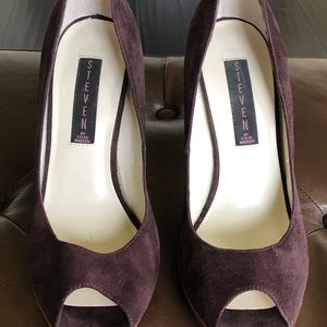 Steve Madden brown suede peep toe pump.